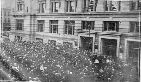 Mob in Omaha surrounds courthouse